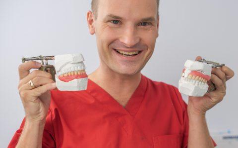 Protezy zębowe.